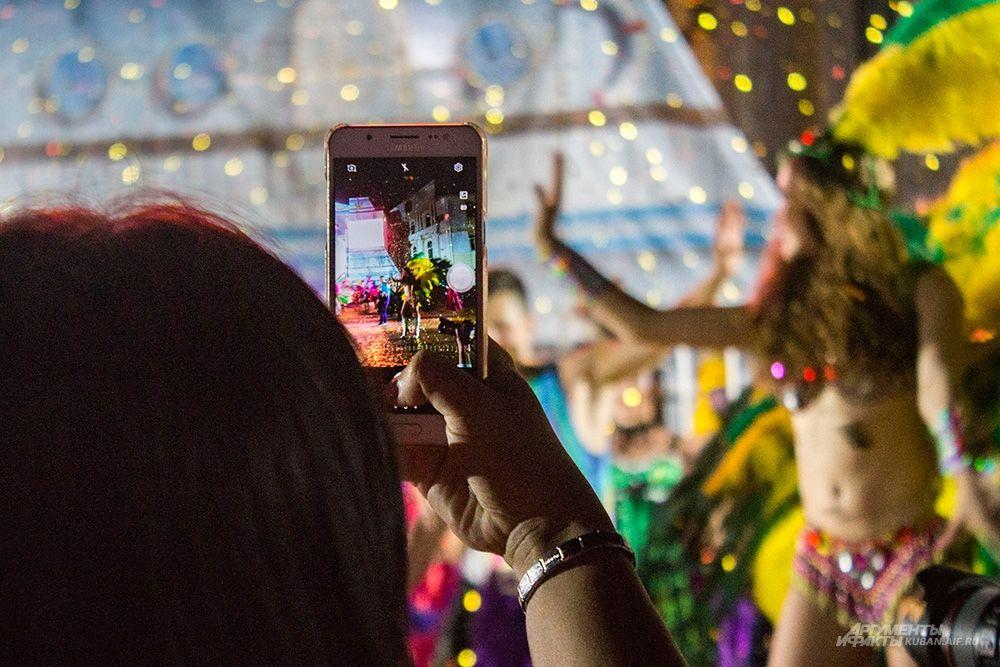 Гости фотографируют артистов.