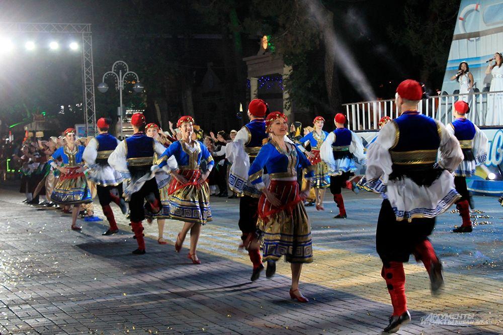 Выступление коллективов в национальных костюмах.