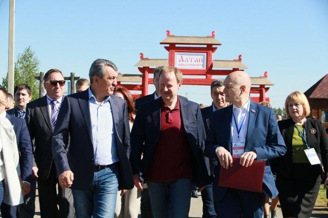 Томенко находится на форуме вместе с полномочным представителем президента России в СФО Сергеем Меняйло