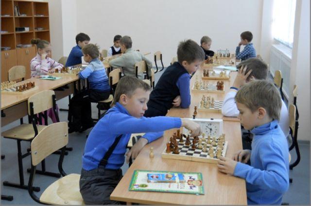 Летом можно научиться играть, например, в шахматы.