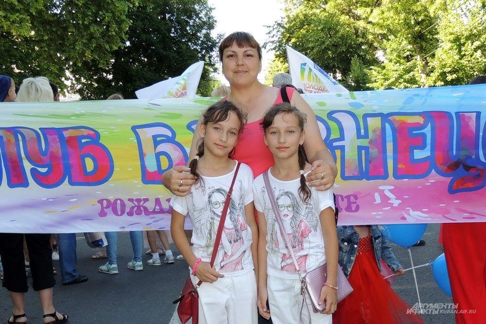 Сестры Юля и Оля Ушкаловы с мамой Надеждой.