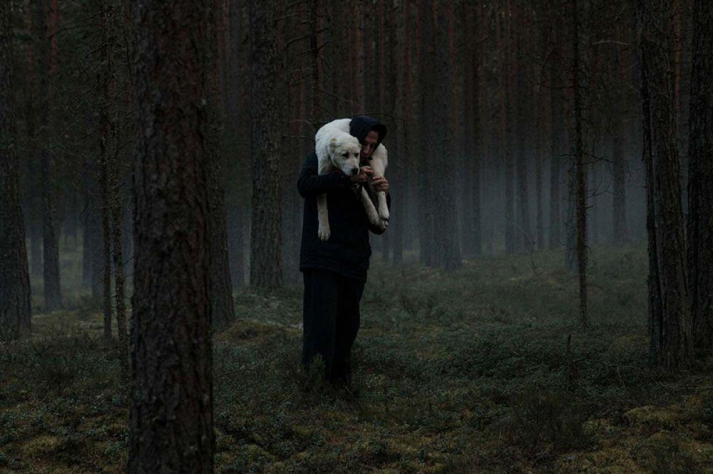 «Сердце мира» Наталии Мещаниновой. Егор работает ветеринаром на одной из тренировочных станций для охотничьих собак где-то в глуши. С животными ему проще, чем с людьми. Он берется за любую работу, лишь бы стать своим для хозяина станции Николая Ивановича и его близких.