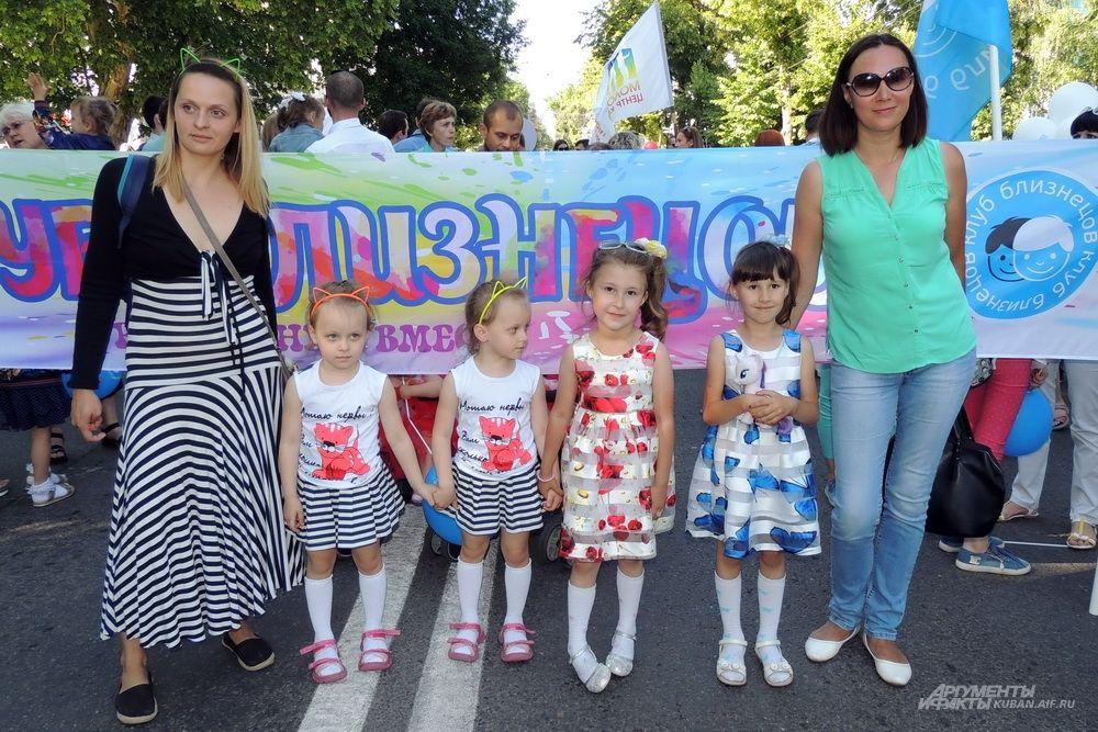 Девочек на параде было больше, чем мальчиков.