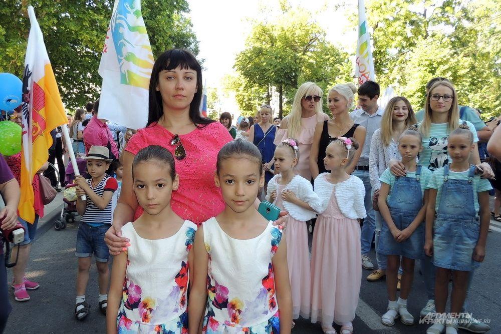 Сестры Валерия и Софья Мицкие с мамой Ольгой.