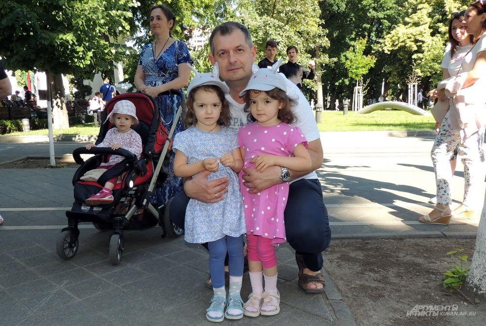 Сестры Таисия и Анна Орловы с папой Андреем.