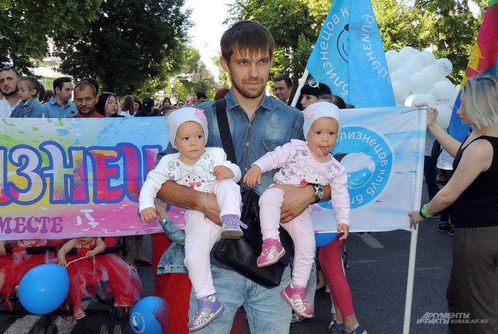 Сестры Полина и Ульяна Куликовы с папой Александром.