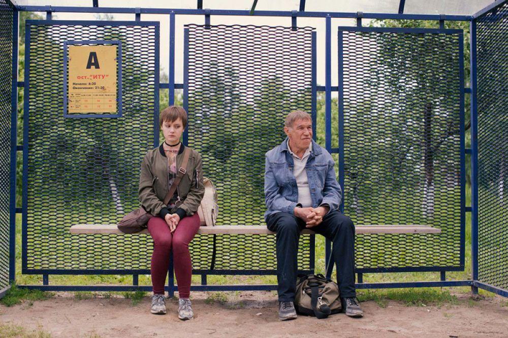 «Два билета домой» Дмитрия Месхиева. Люба Васнецова живет в провинциальном интернате, мечтает поскорее его закончить, уехать в Санкт-Петербург и стать стюардессой. Будущее кажется прекрасным — после окончания интерната ей вручают ключи от квартиры, впереди новая жизнь. Но в день своего выпускного она узнает, что она не круглая сирота — ее отец жив, а не погиб, как рассказывали ей раньше. Потрясенная девушка решает его найти.