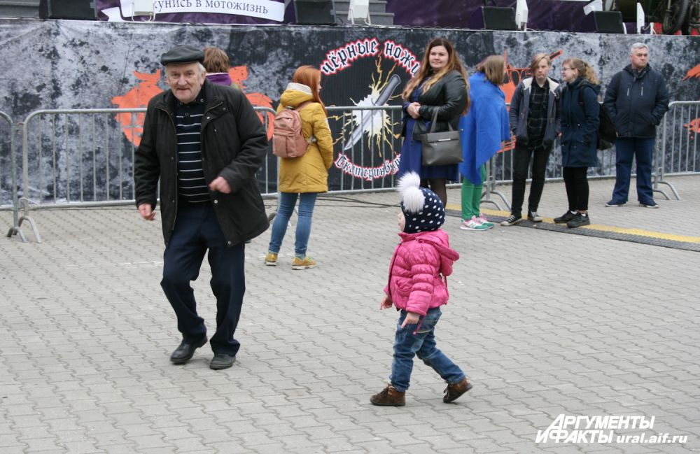 Под «Rammstein», перед сценой, танцевали гости парка всех возрастов.