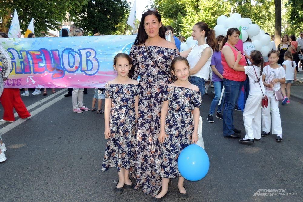Сестры Вика и Ника Абрамовы с мамой Натальей.