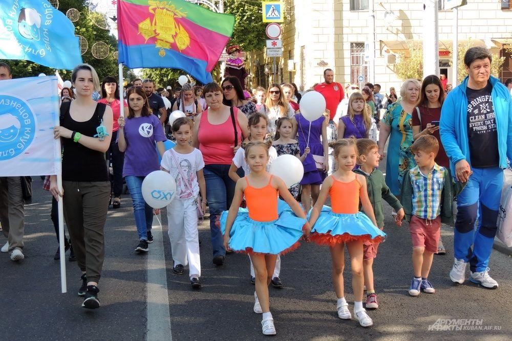 Участники парада несли флаги и транспаранты.