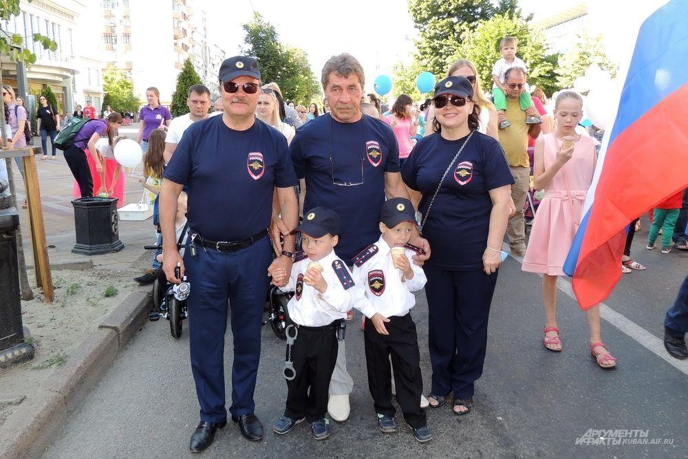Братья Аскольские и их родственники пришли на парад в форме полиции.