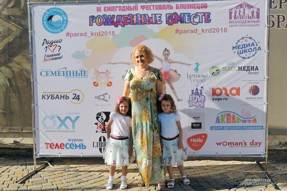 Близнецы с удовольствием позировали для фото на фоне баннера с названием фестиваля.