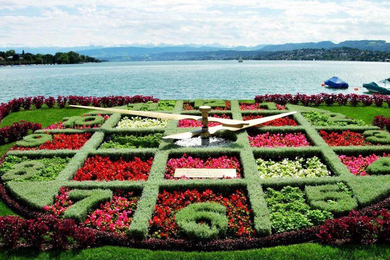Такие часы можно увидеть в Цюрихе. Он просто необычайно смотрятся на фоне воды.