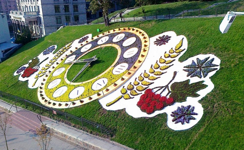 В Киеве в этом году часы украшает петриковская роспись.