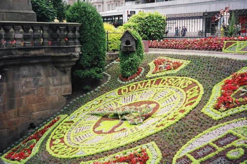 Эдинбургские часы, установленные в Шотландии, являются старейшими цветочными часами в мире. И именно мэрия Эдинбурга подарила Киеву часовой механизм.