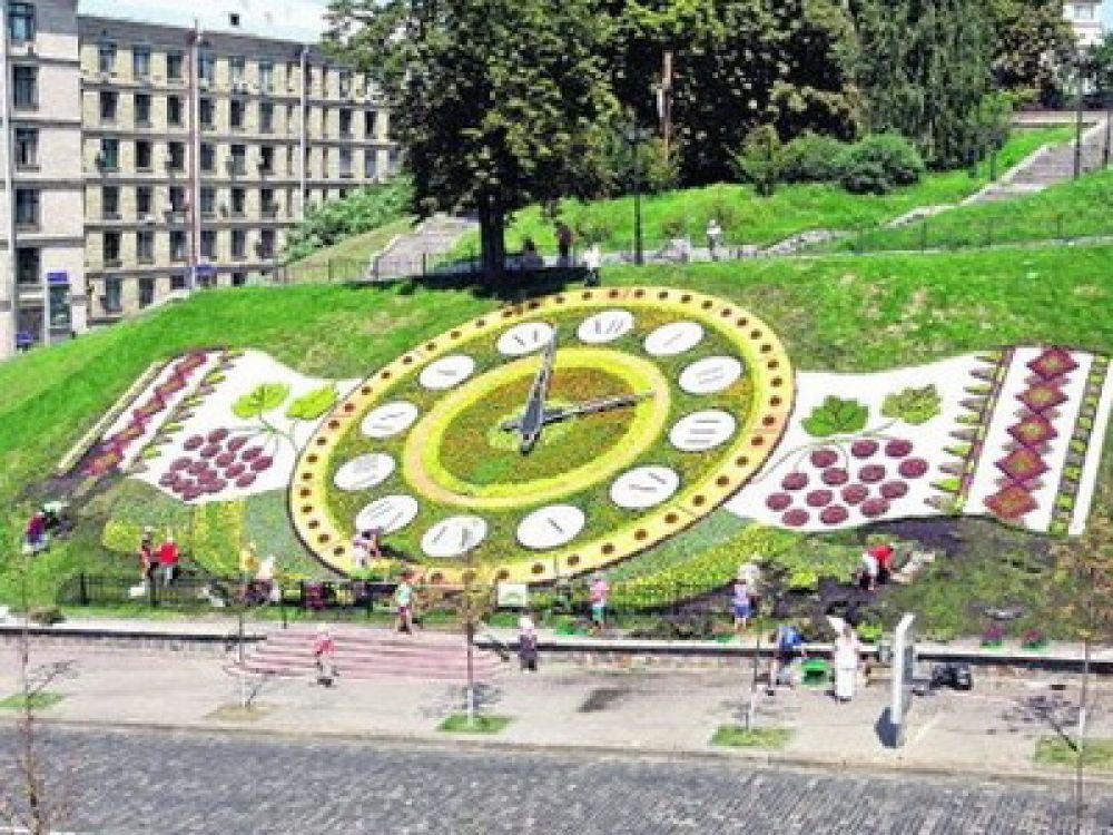 Ежегодно для создания цветочных часов используется от 50 до 80 тыс. цветов различных оттенков.