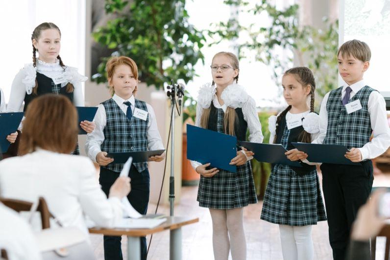 Юные экологи презентуют свои проекты оргкомитету конкурса.