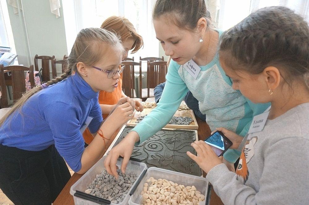 Юных экологов научили создавать мозаики из гальки.