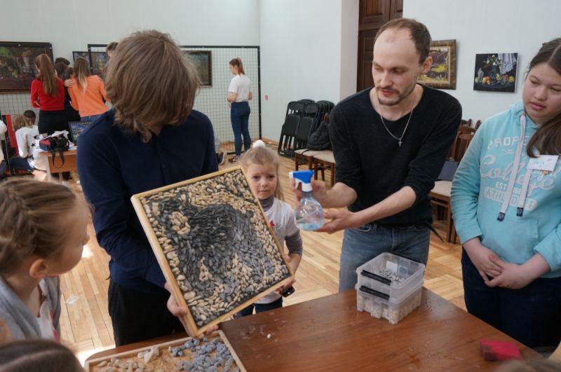 Мастер объясняет преимущества создания творческих работ из экологических материалов.