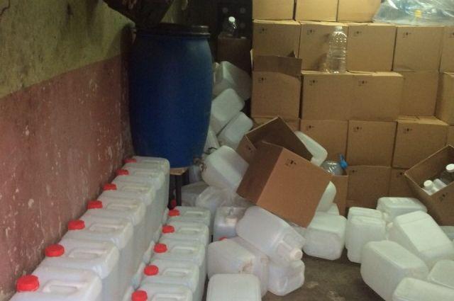 Спирт хранили в гараже в 10-литровых канистрах.