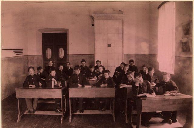 Классная комната в гимназии. Тюмень. 1889 год.