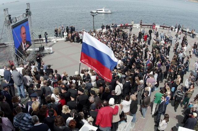 В 2014 г., спустя месяц после присоединения Крыма к РФ, первыми на связь со студией «Прямой линии» вышли жители Севастополя.
