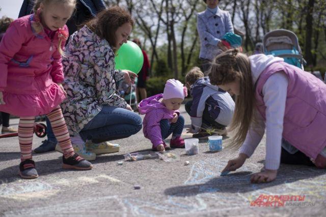 Детям нравилось рисовать рисунки на асфальте.