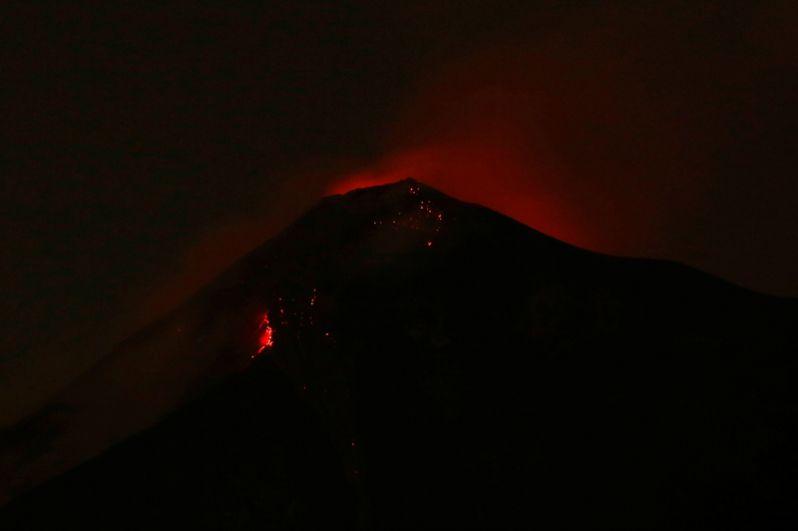 Извержение вулкана Фуэго в Сан-Хуане Алотенанго.