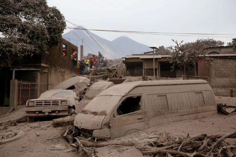 Пожарные и спасатели ищут тела и выживших в районе Сан-Мигель Лос-Лотес в Эскуинтле.