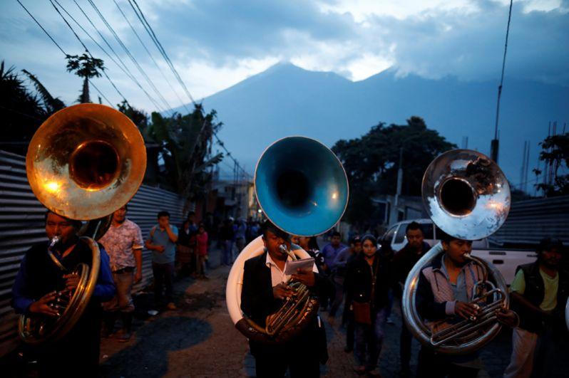 Музыканты принимают участие в похоронах семи жертв, погибших во время извержения вулкана Фуэго в Алотенанго.