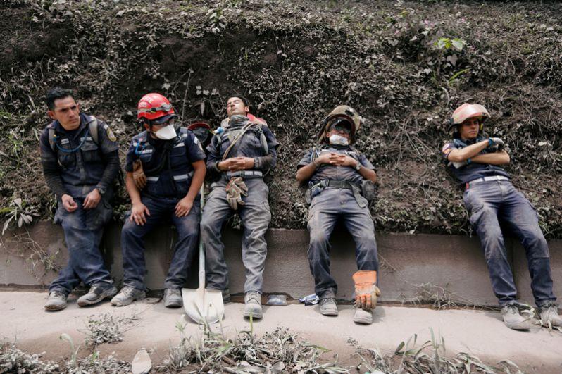 Спасатели отдыхают после работы в Эскуинтле.