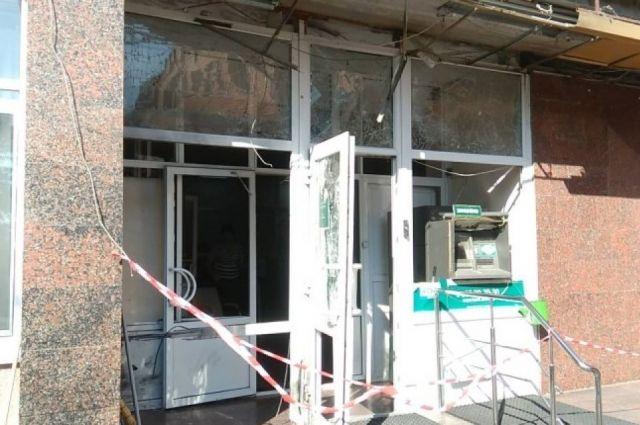 Неизвестное взрывное устройство сработало на пороге здания в 00 22. Взрыв  повредил стеклопакет на входе в помещение банковского учреждения и банкомат. e1b4e8f17d246