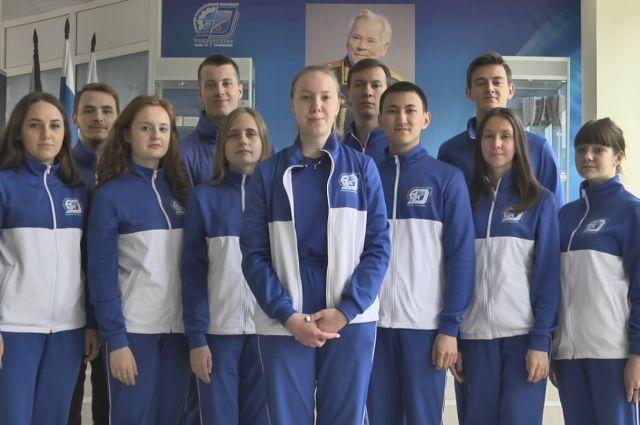 Молодые люди напомнили о том, что скоро в стране отметят столетие Михаила Калашникова, а также 75-летие Великой Победы.