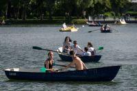 Отдыхающие катаются на лодках в Измайловском парке.