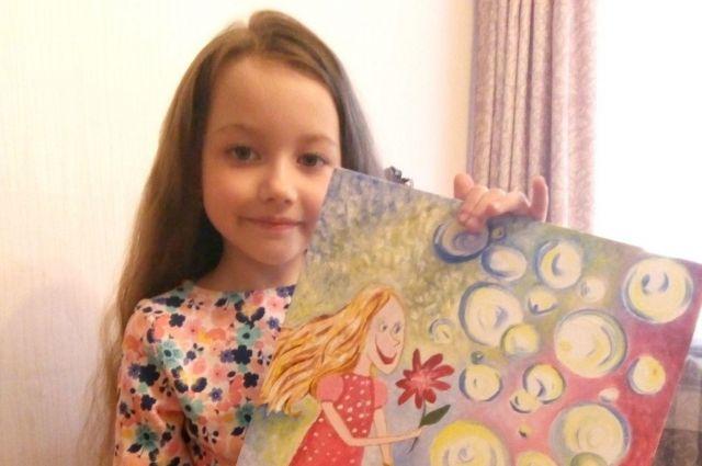 Софья Савинская со своим рисунком - победителем.