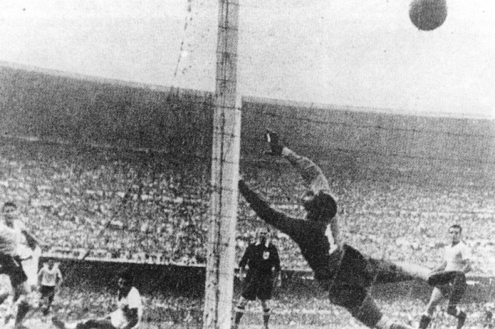 «Мараканасо» на ЧМ-1950. Матч между Уругваем и Бразилией 1950 года стал одним из самых драматичных событий в истории футбола. Бразильцы считались безоговорочным фаворитом турнира и были объявлены в СМИ чемпионами еще за несколько дней до начала матча. Стадион «Маракана» был забит до отказа — этот матч даже попал в Книгу рекордов Гиннесса как собравший максимальное количество зрителей. Чтобы стать чемпионом, Бразилия могла сыграть вничью, однако проиграла 2:1.