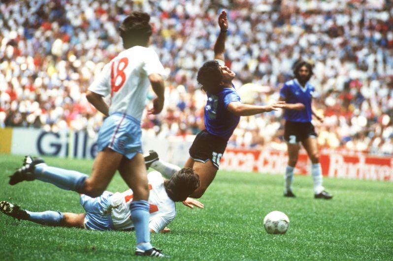«Рука бога» и «гол столетия» на ЧМ-1986. 22 июня 1986 года на стадионе «Ацтека» в Мехико Диего Марадоне удалось забить сразу два гола, ставших знаменитыми. В начале второго тайма «рука бога» помогла ему отправить мяч в ворота англичан, а спустя три минуты он забил второй гол, который позднее был признан лучшим в истории футбола. Аргентинская команда выиграла этот турнир и стала двукратным чемпионом мира.