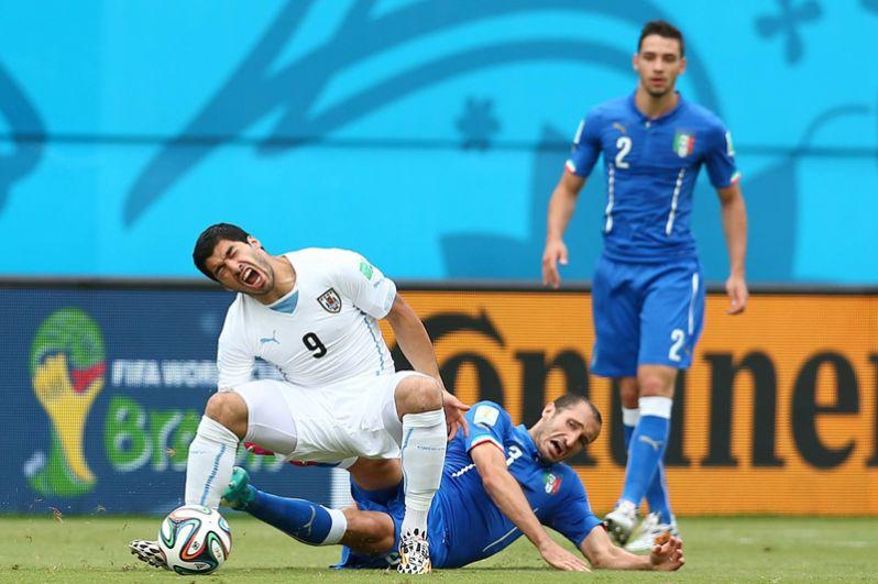 Укус Луиса Суареса на ЧМ-2014. В последнем матче группового этапа против сборной Италии уругвайский нападающий на 79-й минуте укусил за плечо защитника соперников Джорджо Кьеллини. Дисциплинарный комитет ФИФА рассмотрел инцидент с Суаресом, который уже в третий раз кусал человека на поле, и признал его виновным в неспортивном поведении. В наказание Суарес был дисквалифицирован на девять официальных матчей национальной команды, а также отстранен на четыре месяца от любой связанной с футболом деятельности.