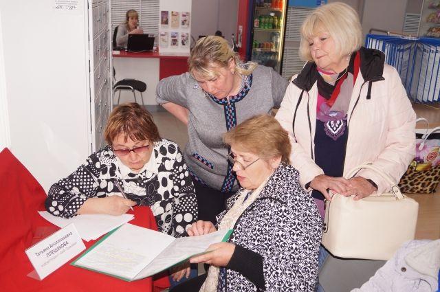 Вместе с нашими читателями, которые пришли на встречу, мы разбирались в документах, записывали вопросы, которые потом передали районной администрации.