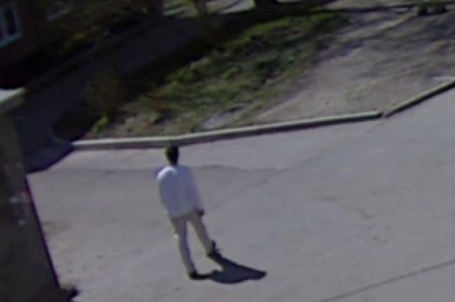 Предполагаемый преступник попал в фокус камер у ТЦ в Ангарске.