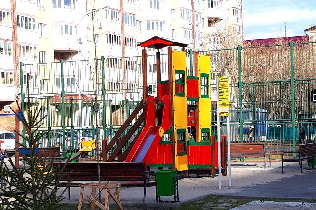 Детская площадка должна быть безопасной.