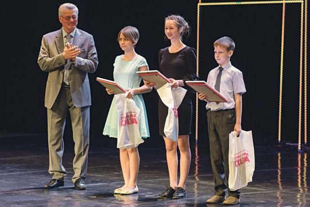 Владимир Попов поздравил всех участников и вручил награды победителям в номинации «Авторская сказка», а многочисленные гости церемонии смогли познакомиться с работами конкурсантов.