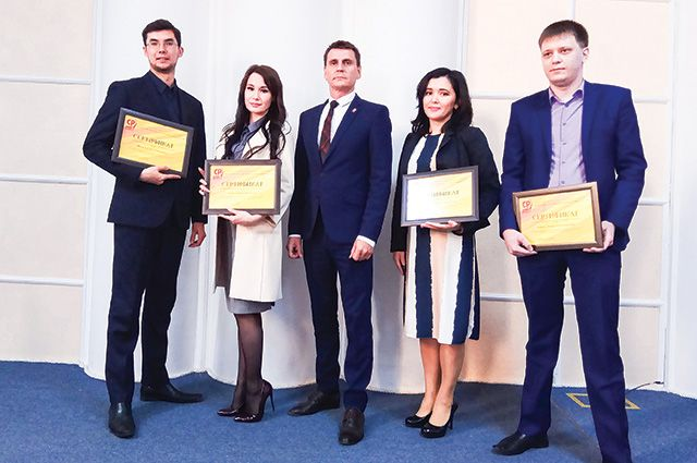Юрий Игнатьев (посередине) с финалистами конкурса.