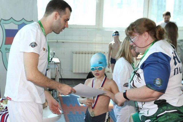 Федерация плавания в Ханты-Мансийске устраивает соревнования для ребят
