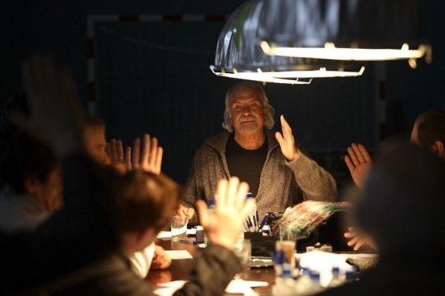 Кадр из фильма «12», режиссёр Никита Михалков, 2007 год: О том, как быть присяжными, многие знают только из кино, но на деле это не только долг, но и интересный опыт.
