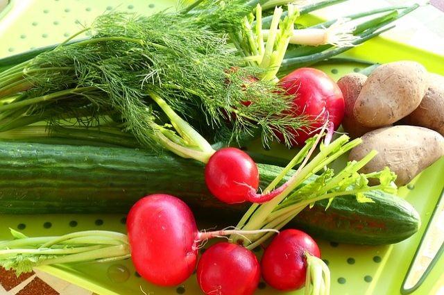 Чтоб окрошка удалась, огурцы и редис лучше натереть на крупной тёрке, а картофель отварить в мундире.