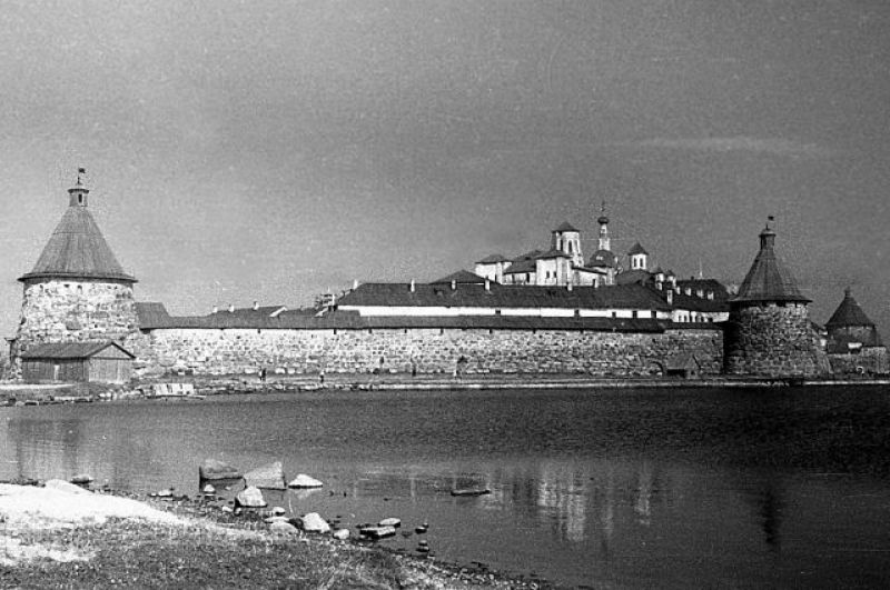 Изначально территория СЛОНа ограничивалась только Соловецкими островами, однако, в очень короткие сроки его отделения появились на материке — сначала в прибрежных районах Карелии, затем в Северном Приуралье и на Кольском полуострове.