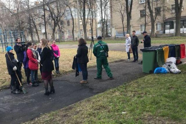 Ученики провели субботник на территории школы.