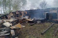 Сначала загорелось здание бывшей больницы, прилегающее к ФАПу. Потом огонь перекинулся на сам медпункт.