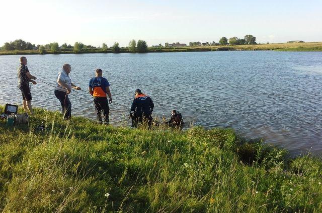 Горе-пловцов пришлось вызволять рыбакам и спасателям.